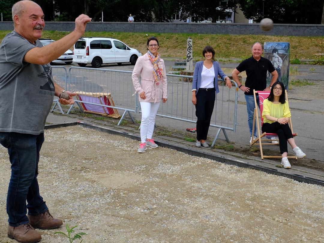 Dieter Baumann, der Vorsitzende des Boule Club Krefeld, in Aktion beim Boulespielen am Rhein.