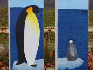 Zwei gestaltete Betonstelen im Rahmen des Projektes Jugend gestaltet Kunst.